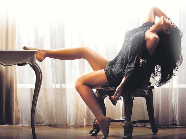 Richa-Chadda-strikes-a-sultry-pose-in-the-first-look-released-from-the-sets-of-Pooja-Bhatt-s-next-production-venture-Cabaret