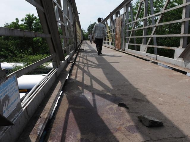 The-blood-stained-railway-footover-bridge-near-Bhopal-railway-station-where-Pawan-Tanya-was-murdered-Mujeeb-faruqui-HT-photo
