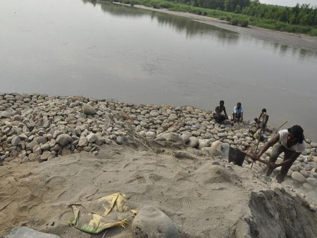 Labourers-busy-in-repairing-breaches-caused-by-rains-in-dhussi-bandhs-situated-on-the-banks-of-the-Sutlej-river-at-village-Khera-Bet-in-Ludhiana-on-Saturday-Sikander-Singh-Chopra-HT
