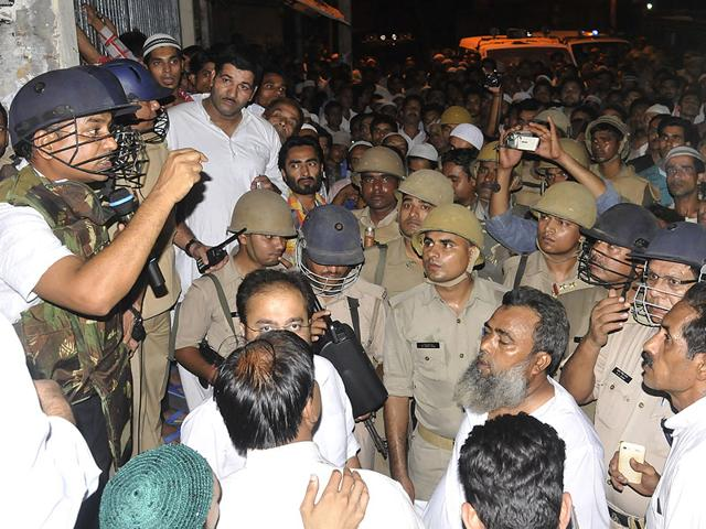Moradabad-residents-argue-with-cops-HT-Photo