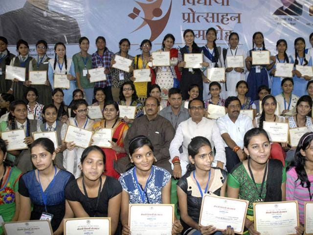 Chief-minister-Shivraj-Singh-Chouhan-poses-for-a-group-photo-with-the-meritorious-students-in-Bhopal-on-Sunday-HT-photo