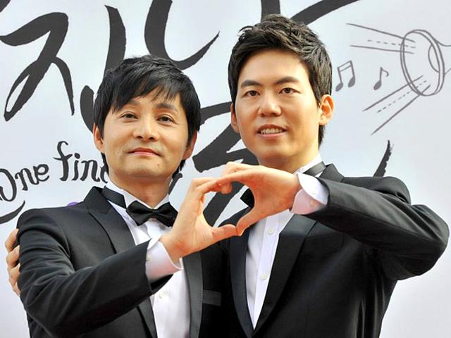 Kim-Jho-Gwang-Soo-L-and-his-partner-Kim-Seung-Hwan-R-pose-during-a-press-conference-before-their-wedding-in-central-Seoul-on-September-7-2013-AFP-Photo