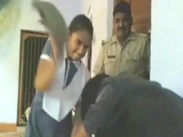 girl beats up harasser,Uttar Pradesh,molestation