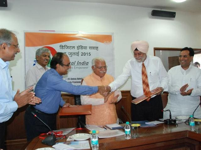Kurukshetra-University-VC-DDS-Sandhu-after-signing-the-agreement-with-Haryana-Knowledge-Corporation-Ltd-managing-director-Sameer-Pande-in-the-presence-of-chief-minister-Manohar-Lal-Khattar