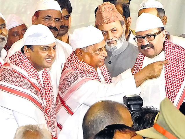 Expelled Samajwadi Party leader Amar Singh with party president Mulayam Singh and chief minister Akhilesh Yadav at iftar party hosted by the chief minister on Tuesday (HT Photo)