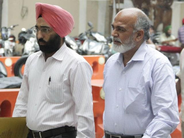 Enforcement Directorate assistant director Niranjan Singh (right) at the district courts in Jalandhar on Tuesday.(HT photo)