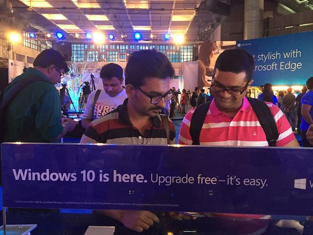 Visitors-try-out-Windows-10-the-latest-operating-system-from-US-software-giant-Microsoft-Photo-HT