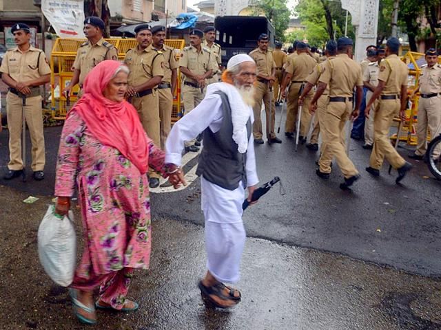 Mumbai police patrolled the roads leading to AL Hussain CHS in Mahim where Yakub Memon's family live. The cops ensured that the burial of the 1993 Mumbai blasts convict went off smoothly. Memon was hanged in Nagpur Central Jail. (HT photo/Vijayanand Gupta)