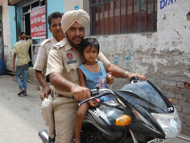 ASI-Dilbagh-Singh-with-Tanvi-searching-for-her-house-in-SAS-Nagar-on-Thursday-HT-Photo