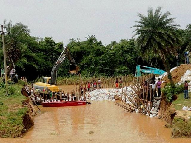 Villagers-repair-a-breach-at-the-bank-of-flooded-Baitarani-river-in-Jajpur-Odisha-PTI-Photo