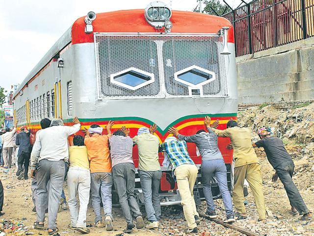 Railbus between Mathura and Vrindavan,Passengers push railbus,North Central Railway