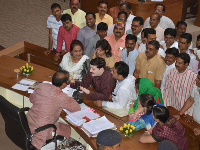 Congress-corporators-protest-before-BMC-chairperson-Surjit-Singh-Chouhan-during-corporation-s-general-council-meeting-in-Bhopal-on-Friday-Bidesh-Manna-HT-photo