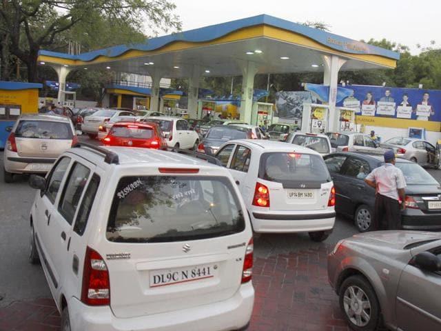 Vehicles-queuing-up-near-a-New-Delhi-petrol-pump-Sonu-Mehta-HT-Photo
