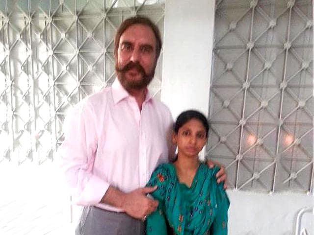 Leading rights activist and Pakistan's former human rights minister Ansar Burney with Geeta, the Indian woman stranded in Pakistan 15 years ago. (HT Photo)