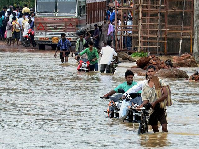 West Bengal floods,Heavy rainfall,Flooded roads and rails