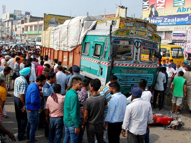 Crowd-at-the-accident-site-where-6-people-were-crushed-to-death-by-an-overloaded-truck-in-Phagwara-on-Wednesday-HT-Photo
