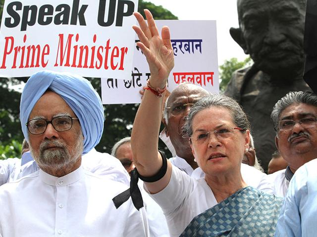 Congress-president-Sonia-Gandhi-and-former-prime-Minister-Manmohan-Singh-protest-at-Parliament-against-the-suspension-of-25-party-MPs-from-Lok-Sabha-Arvind-Yadav-HT-photo