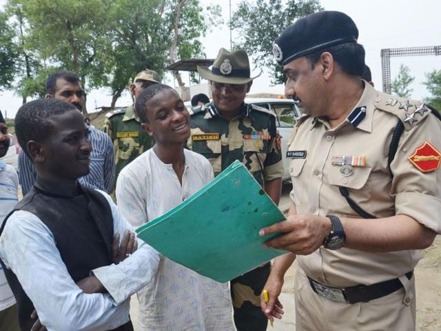 The-two-Nigerian-students-being-interrogated-by-BSF-officials-at-Attari-on-Friday-Sameer-Sehgal-HT-Photo
