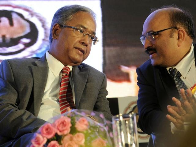 SEBI-chairman-UK-Sinha-interacts-with-ICAI-president-Manoj-Fadnis-at-the-conference-of-Institute-of-Chartered-Accountants-of-India-in-Indore-Shankar-Mourya-HT
