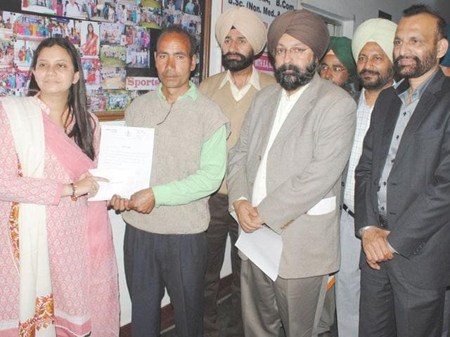 Diver-Gurdeep-Singh-alias-Sikander-receiving-a-commendation-certificate-from-the-district-administration-officials-HT-Photo