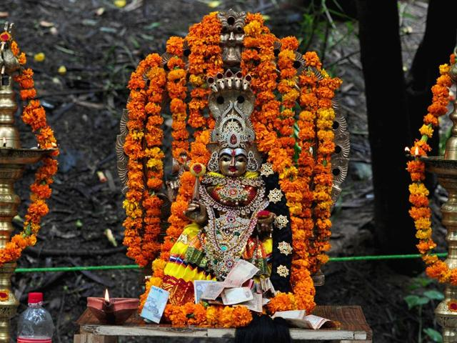 A Tamilian decorates the idol during the religious procession dedicated to the Hindu goddess Shitla Mata at sukhna lake in Chandigarh. (Photo by Ravi Kumar/Hindustan Times)