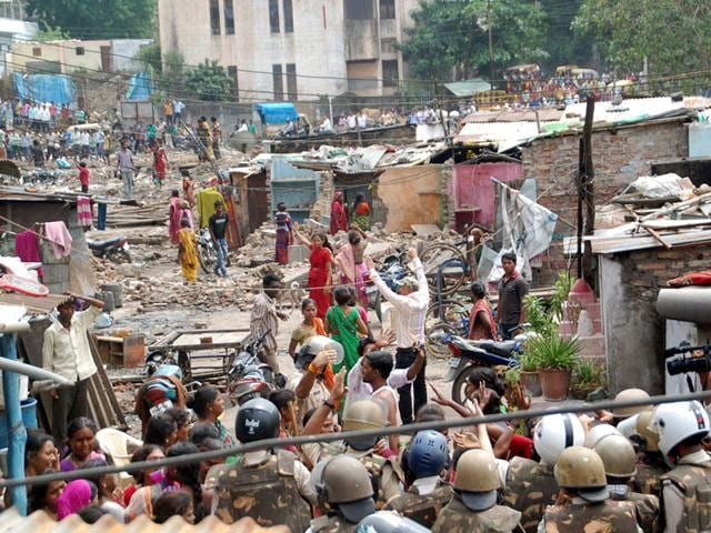 CP Shekhar Nagar,people clash with police in Indore,CP Shekhar Nagar residents lathi-charged