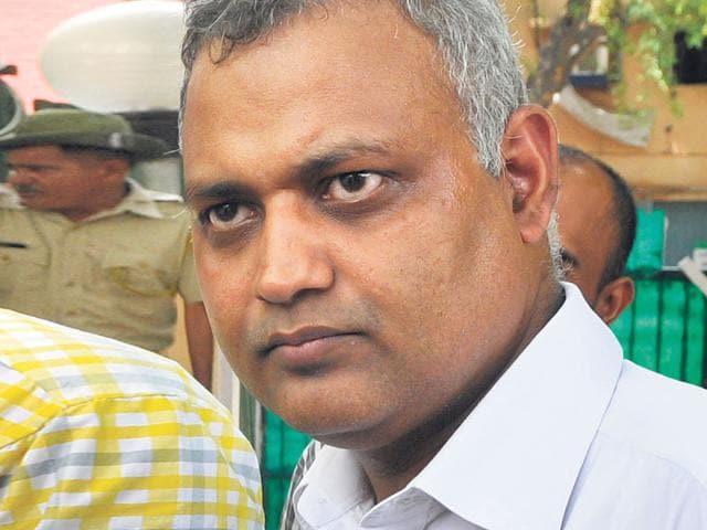 AAP leader Somnath Bharti outside CM Arvind Kejriwal's house at Tilak Lane in New Delhi. (Sushil Kumar/HT File Photo)