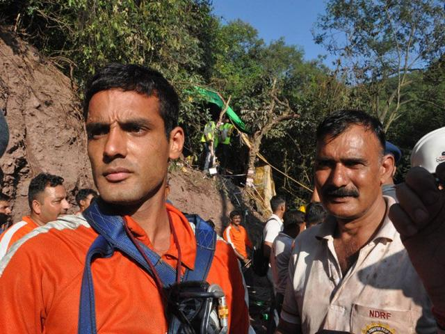 NDRF personnel Ashok Kumar (L) and Naresh Kumar who played a major role in pulling out the two trapped workers from the tunnel. (HT Photo)