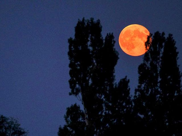 A supermoon is seen on September 9, 2014 from the French city of Luynes. A supermoon happens when a full moon coincides with the its closest approach to the Earth. (AFP File Photo)