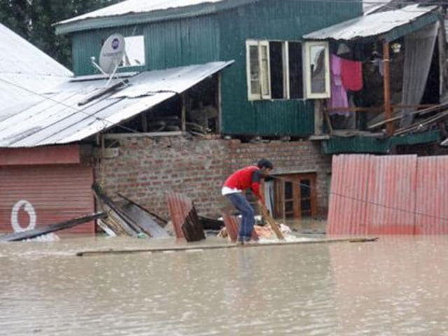 Flood-affected-Kashmiri-residents-ride-on-an-Indian-Army-raft-in-Srinagar-AFP-Photo