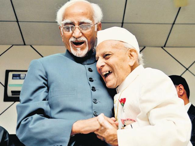 Vice-President Hamid Ansari shares a light moment with poet Gulzar Dehlvi. (Sunil Ghosh/ HT Photo)