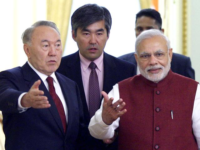 Kazakh President Nursultan Nazarbayev (L) attends a meeting with Indian Prime Minister Narendra Modi (R) in Astana, Kazakhstan (REUTERS Photo)