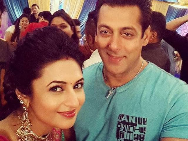 Salman Khan poses for a selfie with Divyanka Tripathi on the sets of Yeh Hain Mohobbatein. (Twitter)
