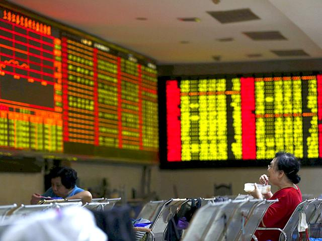 Investors at a brokerage house in Shanghai. (Reuters Photo)