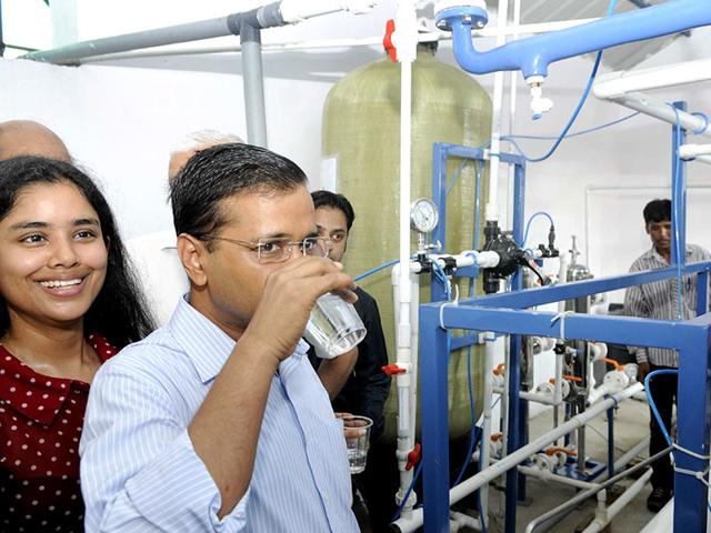 Delhi chief minister Arvind Kejriwal drinking water from the first 'toilet to tap' sewage treatment plant in Delhi. (Photo by Sushil Kumar/ HT Photo)