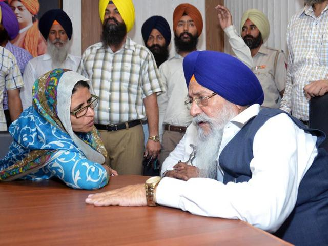 SGPC chief Avtar Singh Makkar in conversation with Navneet Kaur, wife of terror convict Davinder Pal Singh Bhullar, at Guru Nanak Dev Hospital in Amritsar on Thursday. Sameer Sehgal/HT