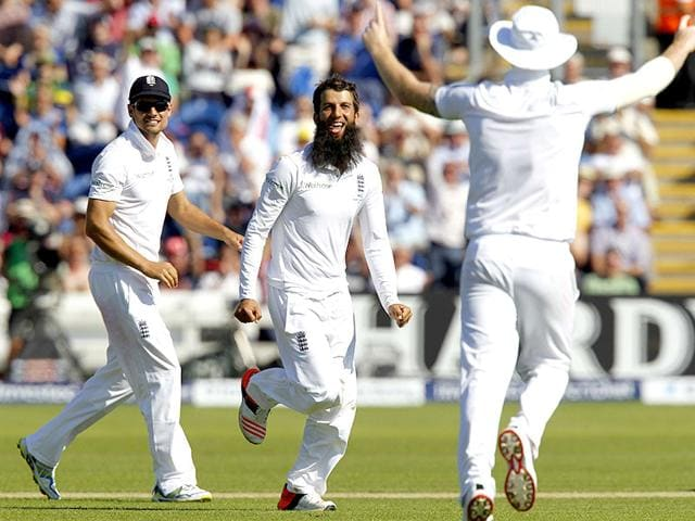 England's Moeen Ali, centre, celebrates taking the wicket of Australia's Captain Michael Clarke for 38 runs on the second day of the first Ashes cricket Test match between England and Australia at The Swalec Stadium in Cardiff, South Wales, on July 9, 2015. Australia ended the day at 264/5. (AFP Photo)