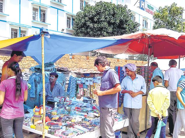 Touts hang around the shops outside Safdarjung Hospital. They charge Rs 2,000- Rs 4,000 to arrange a unit of blood. (HT Photo)