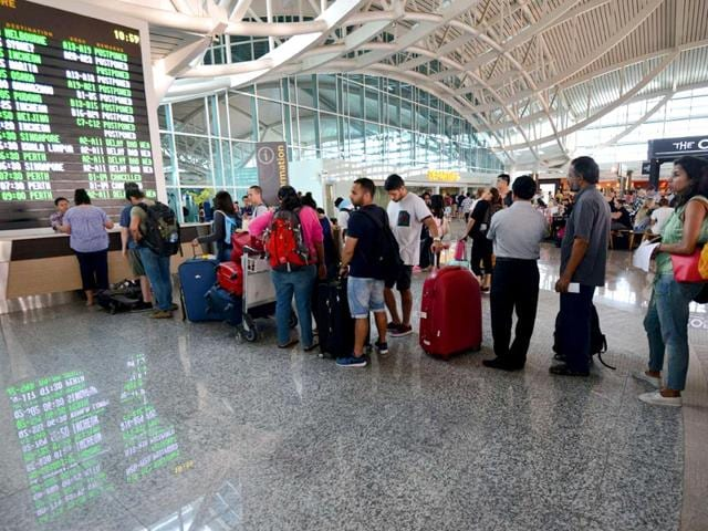 Passengers queue up at the international terminal at Bali's Ngurah Rai airport in Denpasar for information of flight delays due to volcanic ash near Indonesia's resort island. (AFP Photo)