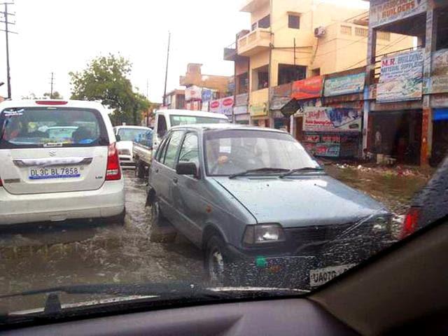 Vehicles stuck on road near the Delhi-Ghaziabad border. (Pratyush Ranjan/HT Photo)