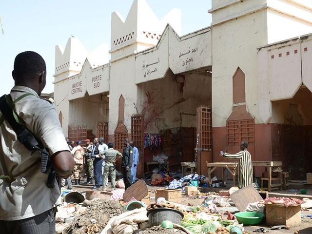 Soldiers and police forces stand guard at a market in N'Djamena following a suicide bomb attack on July 11, 2015. (AFP Photo)
