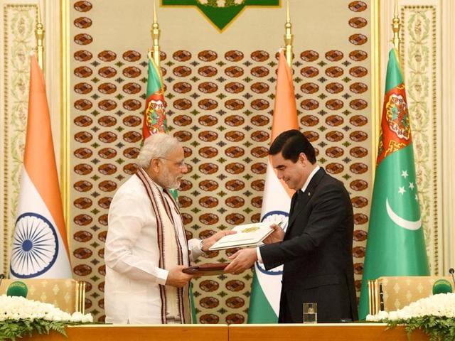 Prime Minister Narendra Modi and Turkmenistan President Gurbanguly Berdimuhamedov exchange the docments during the joint press statement at Aguzkhan Palace in Ashgabat, Turkmenistan. (PTI Photo)