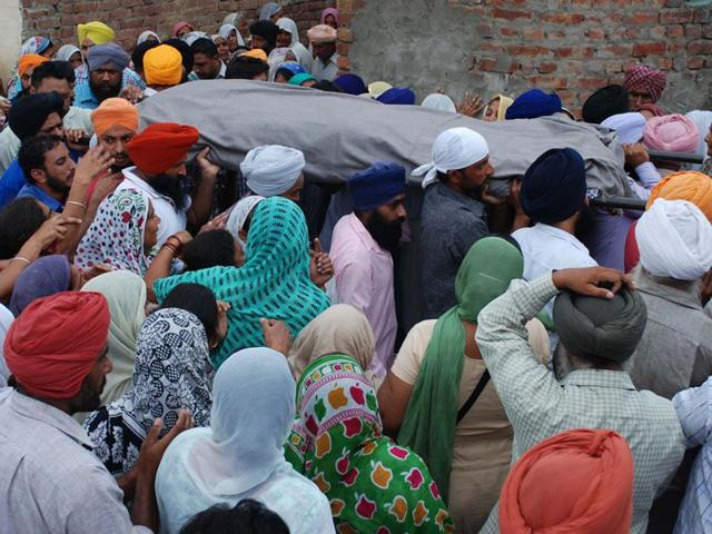 Swaran Singh, who was killed in a road accident, was cremated at Behrampur Zimidara village near here on Saturday. HT Photo
