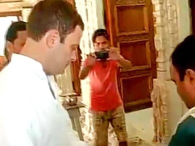 Rahul Gandhi meets street vendors in Delhi. (ANI Photo)