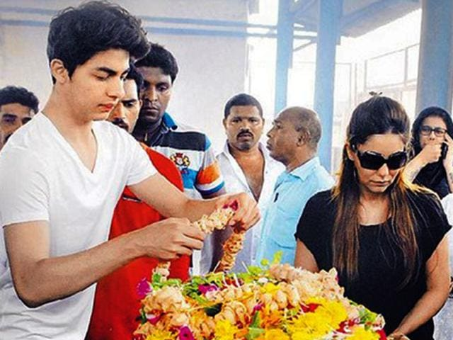 Twitter was flooded with images of Aryan and Gauri Khan paying their last respects at the funeral of Shah Rukh Khan's spotboy of many years, Subhash Dada.