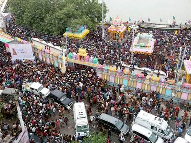 A stampede occured during the Godavari Pushkaralu in Rajahmundry in Andhra Pradesh when a large number of pilgrims rushed towards one of the gates at Kotagummam Pushkar Ghat on the banks of Godavari river. (HT Photo)