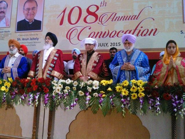 Parkash Singh Badal and Arun Jaitley (centre) at the 108th Annual Convocation of Khalsa college, Amritsar (HT Photos)