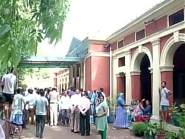 Delhi,Guard found murdered in school premises,LG