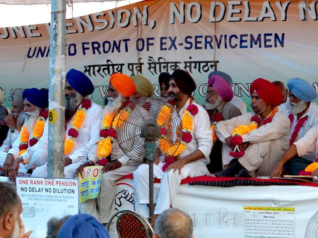 Ex-servicemen during a rally in support of their demand for 'one rank one pension' scheme at Jantar Mantar in Delhi. (HT Photo)