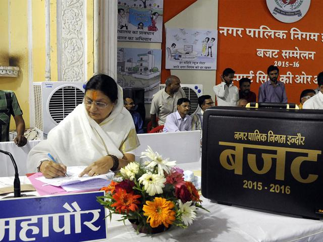 Mayor Malini Gaud presented the Indore Municipal Corporation budget for the fiscal year 2015-16, in Indore on Thursday. (Shankar Mourya/HT photo)
